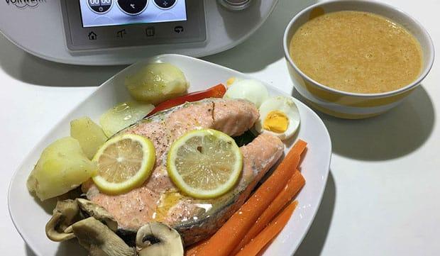 Saumon cuit à la vapeur à la sauce de légumes avec Thermomix