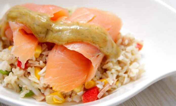 Salade de riz et saumon fumé à la sauce nordique