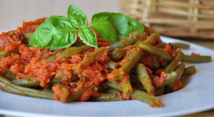 haricots verts cuits à la vapeur, à la tomate et au basilic