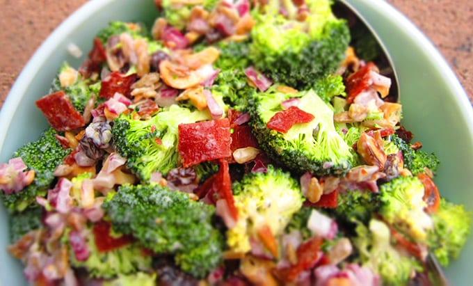 Salade de légumes et de lardons fumés