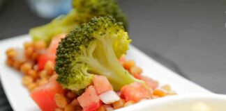Salade de lentilles au brocoli et à la mayonnaise au curcuma