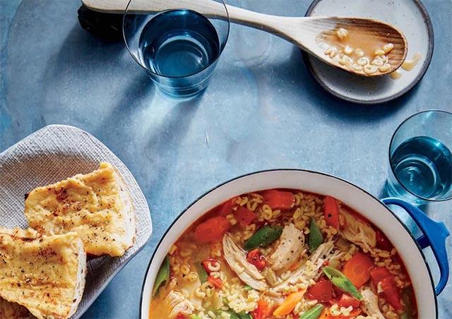 Soupe de poulet aux légumes et pâtes alphabet