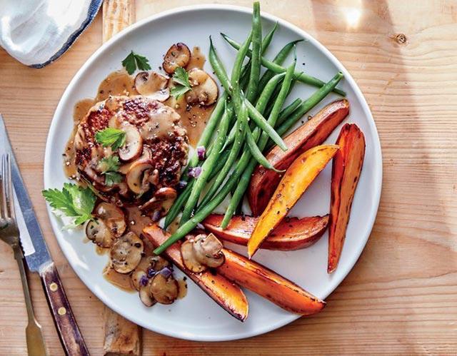 Steaks à la sauce aux champignons, patates douces et Haricots