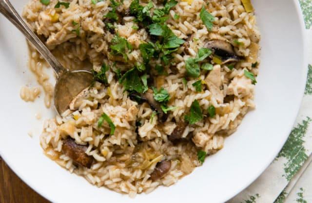 Poêlée de riz aux poireaux, champignons et poulet