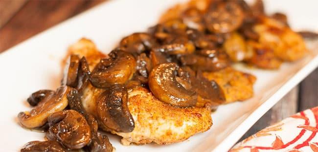 Sauté de poulet aux champignons et vin blanc