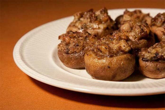 Champignons farcis à la viande cuits au four