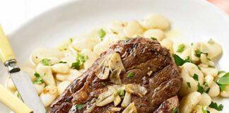 Steak à l'ail et aux haricots blancs sautées