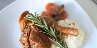 Souris d'agneau aux oignons et champignons