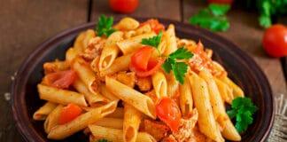 Pennes à la sauce tomate et blanc de poulet