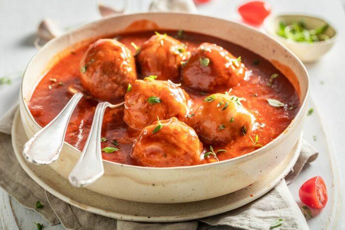 Boulettes de viande aux courgettes et à la sauce tomate