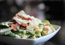 Salade César avec une sauce légère