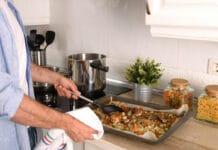 Saucisses cuites au four avec légumes d'été