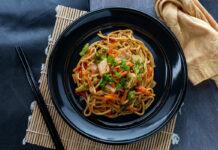 Wok de légumes au poulet et nouilles